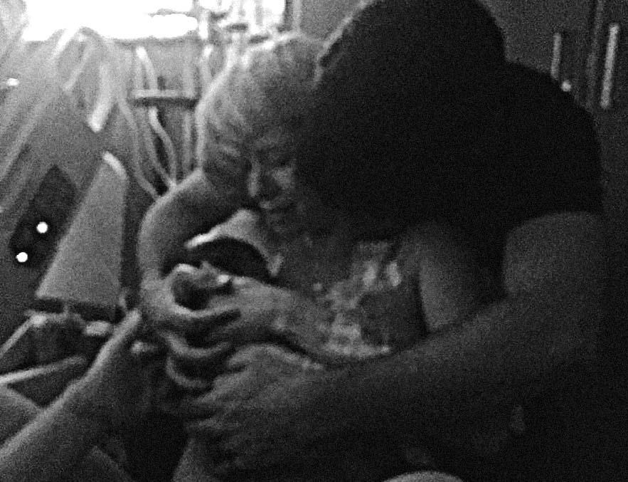 parto induzido com ocitocina, foto do momento em que a mãe pega o bebê no colo