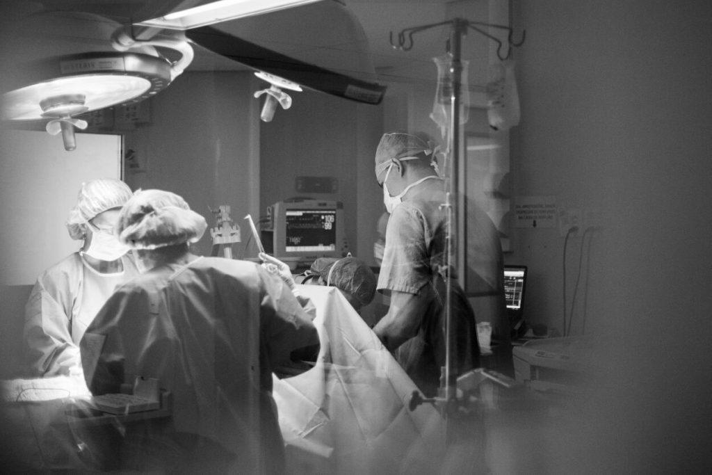 médicos fazendo uma cesárea